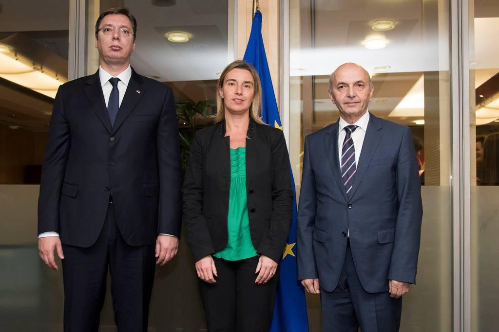 Isa Mustafa y Aleksandar Vucic con la alta representante de la UE para Asuntos Exteriores y Política de Seguridad, Federica Mogherini