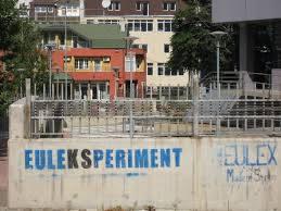 Graffiti en Pristina contra la misión de la UE en Kosovo. Fuente: https://www.flickr.com/photos/matthijsgall/5005725494
