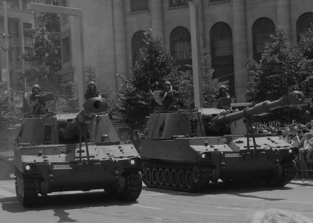 Vehículos del Ejército de Tierra durante un desfile militar. Fuente: wikimedia.org/