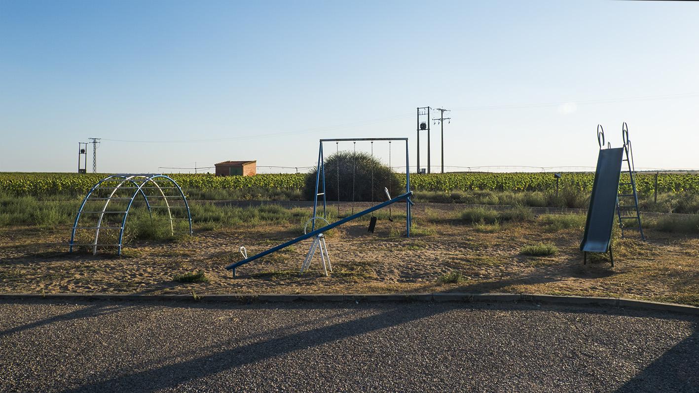 Parque con columpio y tobogán años 80, 90. Castilla y León. Fotografía Iria Pena.